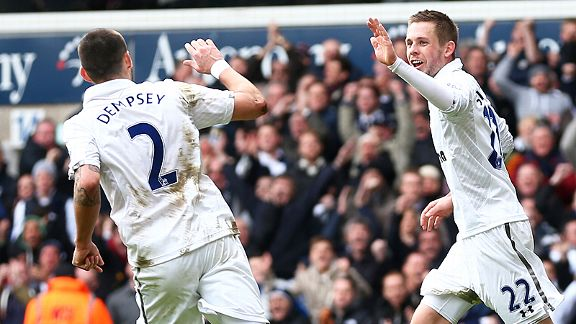 Clint Dempsey celebrates with Gylfi Sigurdsson after Spurs made it 2-2