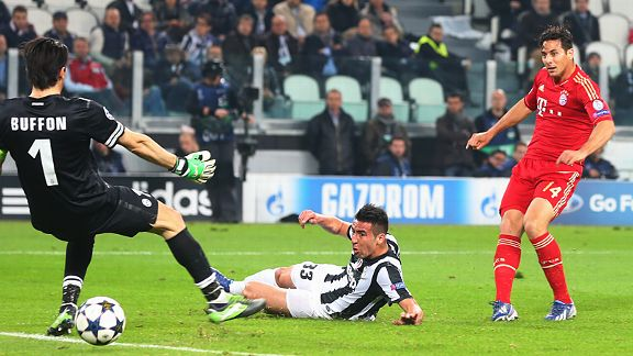 Claudio Pizarro rolls home Bayern Munich's second goal away at Juventus, rounding off a 4-0 aggregate win