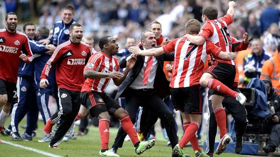Paolo Di Canio celebrates with his players as Sunderland take a 3-0 lead through David Vaughan