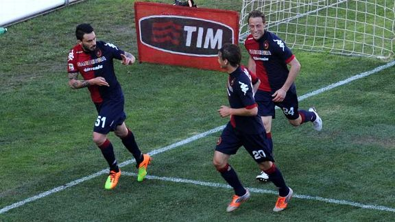 Cagliari celebrate after going 2-0 up through Mauricio Pinilla