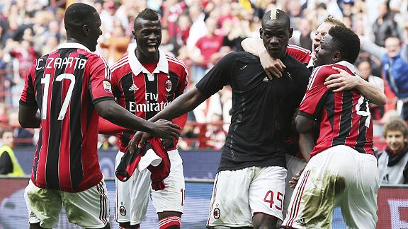 Milan celebrate Mario Balotelli 's late winner against Torino