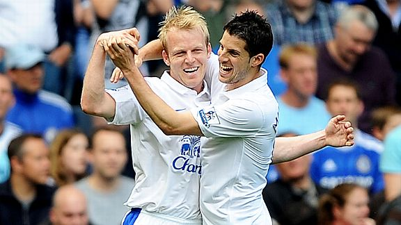 Steven Naismith celebrates with Kevin Mirallas after bringing Everton back on level terms at Chelsea