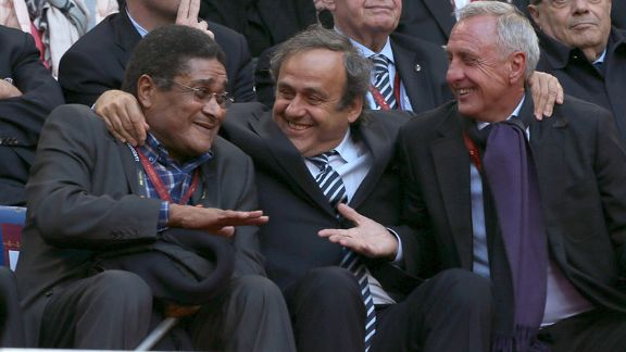 Eusebio laughs with Platini and Cruyff ahead of 2013 Europa League final