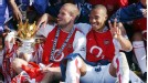 Freddie Ljungberg (L) and Thierry Henry with the Premier League crown.