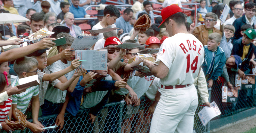 Pete Rose signs autographs