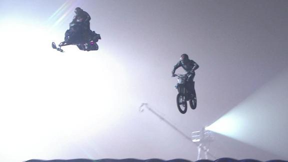 reto año nuevo Red Bull - salto de longitud de moto y moto de nieve