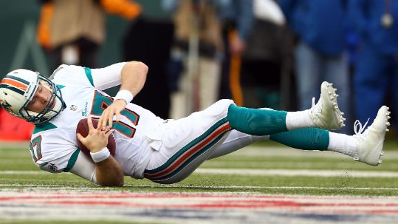 Dolphins' Tannehill exits with knee, quad injury