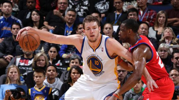 Warriors hold off 76ers to keep up strong start