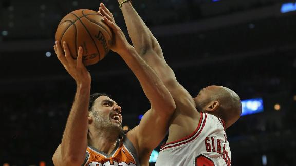 Scola helps Suns rout Bulls, snap losing skid