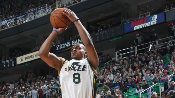 Foye, Favors combine to power Jazz past Cavs