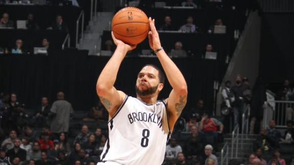 Lopez powers Nets past short-handed Bulls