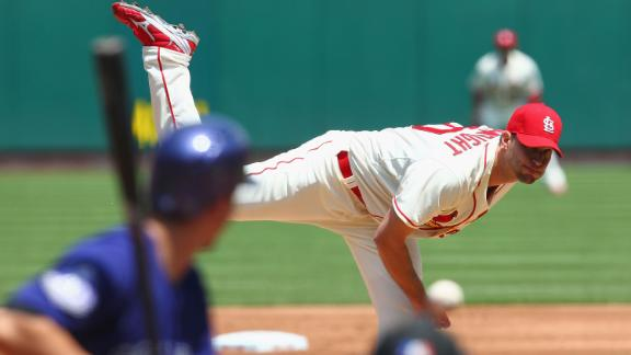 Wainwright carries no-hitter to 8th as Cards win