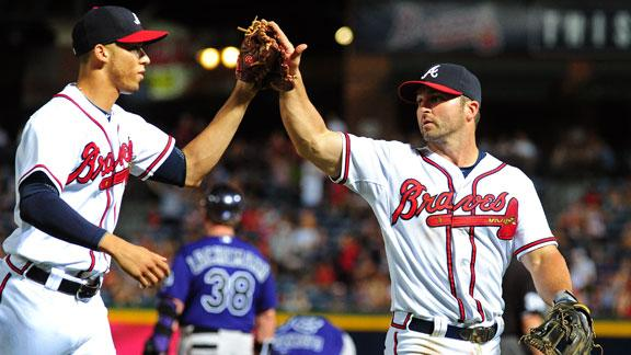 Braves win 4th straight on Simmons' triple