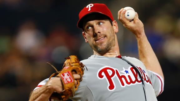 Lee outpitches Wheeler to lead Phils by Mets