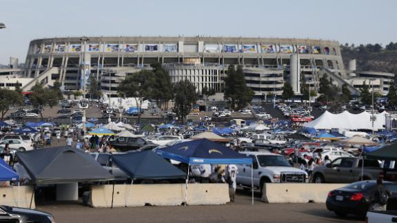 Report: Tailgater pleads guilty to football toss