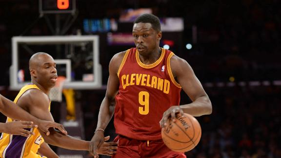 Deng scores 27 as Cavs squeak by Lakers