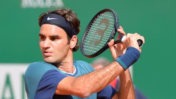 Federer Cruises Past Djokovic