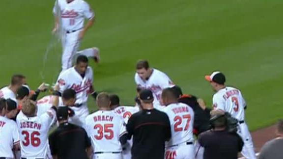 Davis lifts O's with pinch-hit, walk-off homer