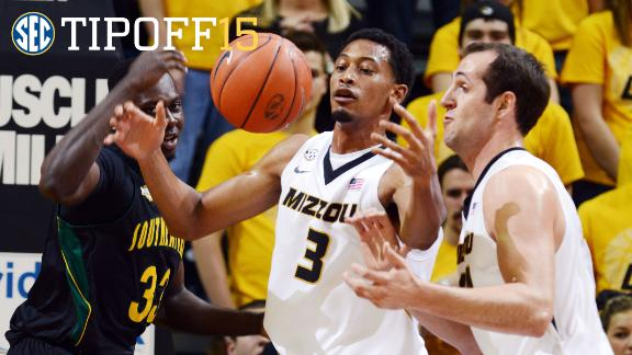 Mizzou forwards work on high low action