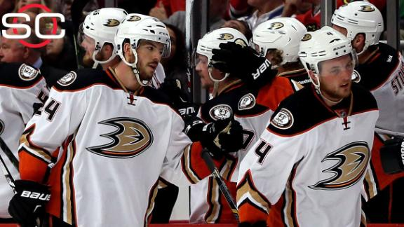 Ducks hold off Blackhawks in Chicago