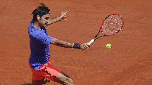 Roger Federer rolls to straight-sets win