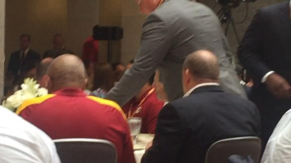 Griffin gets standing ovation at Redskins event