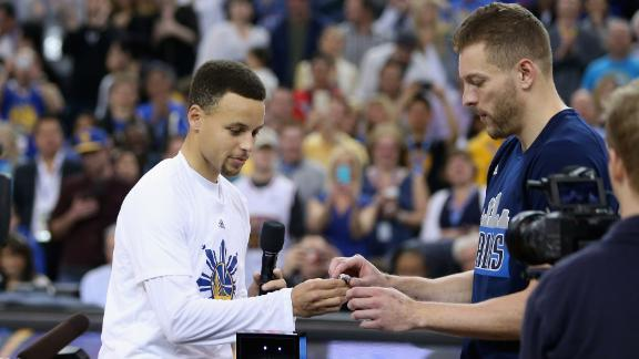 Curry presents Lee his Warriors' championship ring