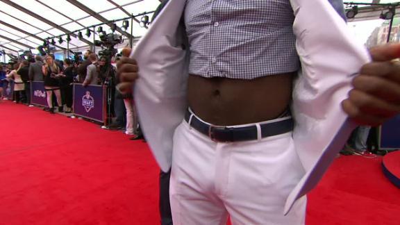 Ezekiel Elliott brings the cut off shirt to the red carpet