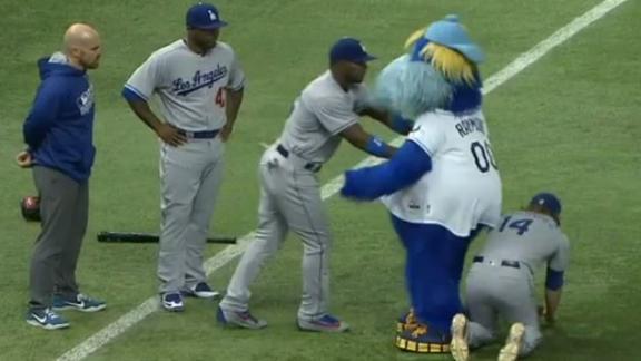 Dodgers prank Raymond the mascot