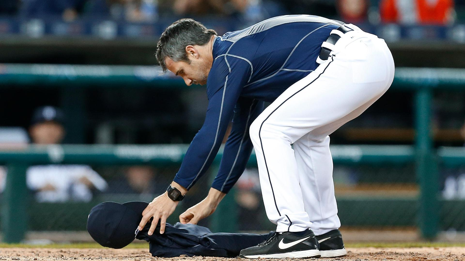 Ausmus ejected, leaves sweatshirt at home plate