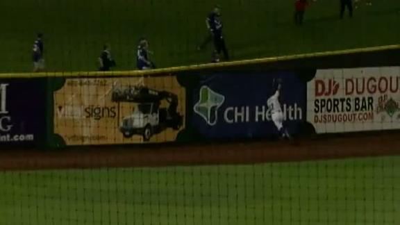 Royals prospect crashes into wall to make superb catch