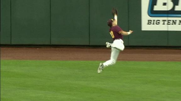 Minnesota center fielder makes Edmonds-esque catch