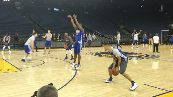 Curry sinks some deep 3s at Warriors practice