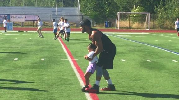 Video - Seahawks' Thomas does drills with his daughter