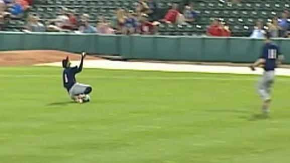 Minor leaguer makes ridiculous barehanded catch