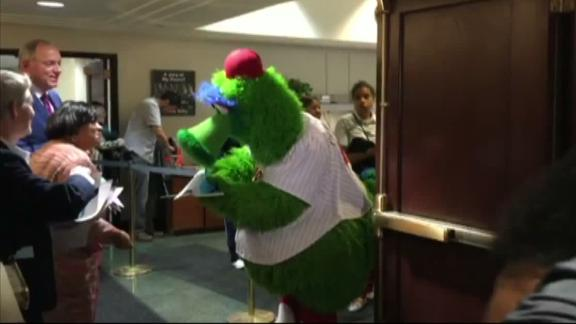 Phillie Phanatic attends jury duty