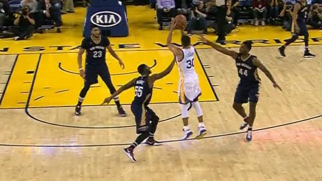 Curry sets NBA record with 13th 3-pointer