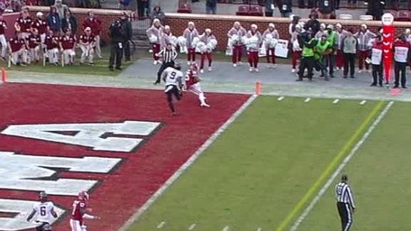 Mayfield's patience prevails in finding Mixon for TD