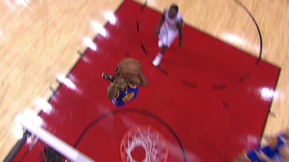 Curry fires a pass for Durant's dunk