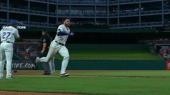 Gallo rumbles around the bases for inside-the-park homer