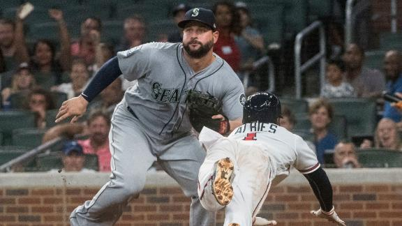 Braves take advantage of Mariners' miscue to get a run