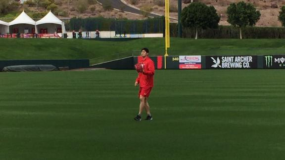 Ohtani plays catch after spring training arrival