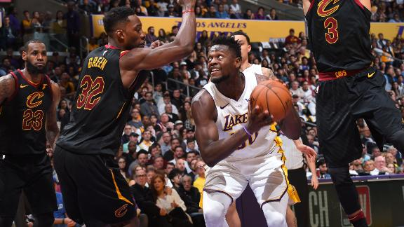 Randle's career night fuels win against Cavs