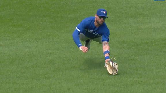 Pillar exits after making amazing catch for Blue Jays