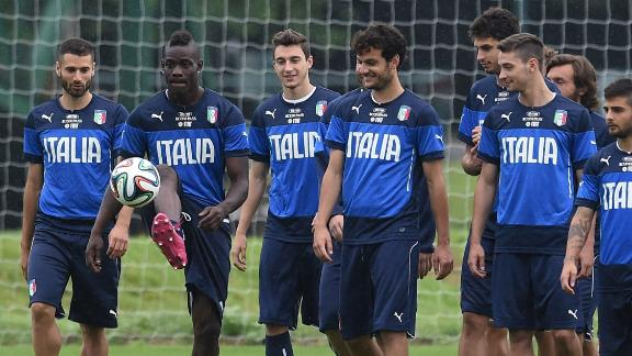 Italy prepare for England in the rain