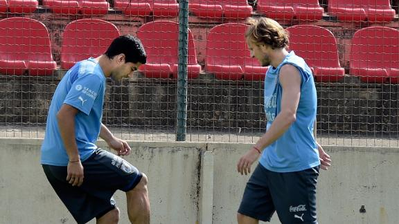 Suarez trains ahead of decisive England match