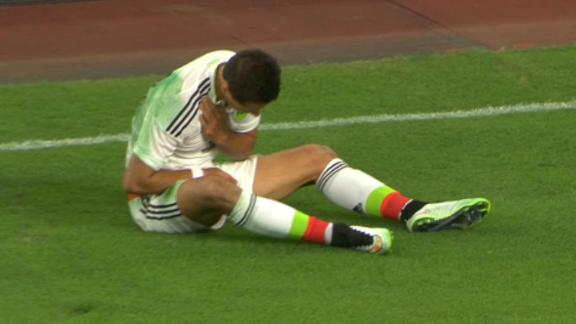 Chicharito injures collarbone vs. Honduras, Gold Cup in doubt