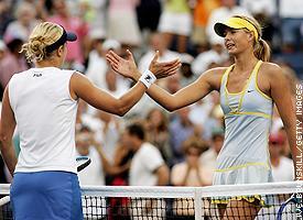Kim Clijsters (L) and Maria Sharapova