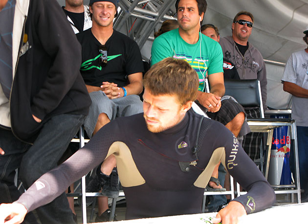 Ventura was well represented today, and proving that rookies keep an astute eye on what the tour vets are doing, Nathaniel Curran scopes Dane Reynolds waxing technique. Anything to make a heat, I guess.