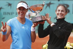 Anabel Medina Garrigues and Virginia Ruano Pascual won their second straight French Open women's doubles title.